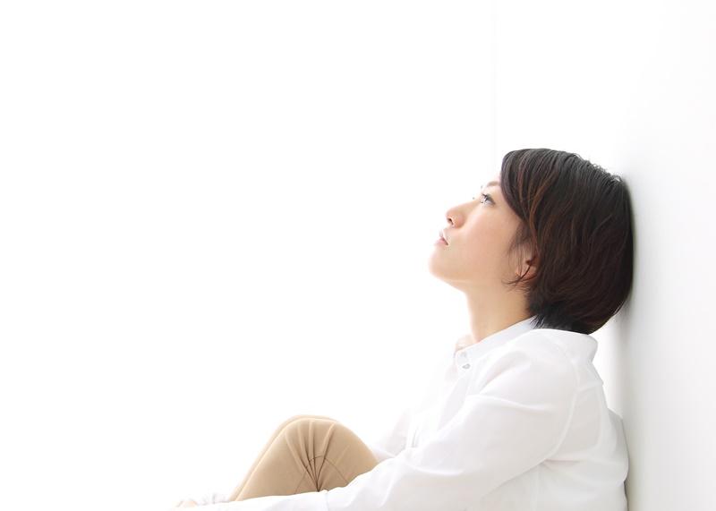 執着心を捨てる方法 恋愛 天井を見つめぼんやりとしている女性の写真 悩んでいる