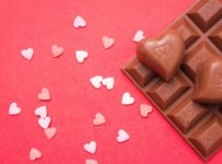 【初心者でもOK!】失敗しないチョコの手作りレシピ動画おすすめ11選のイメージ写真 ハートとチョコレート