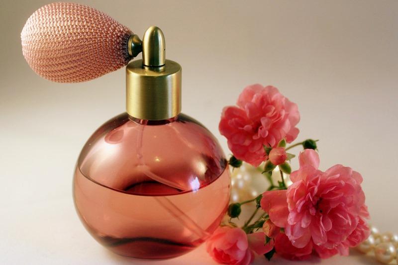 バラの香りの香水は女を上げる イメージ写真 バラと香水のボトル
