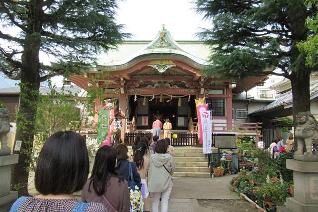 今戸神社 東京 お参りの人たち